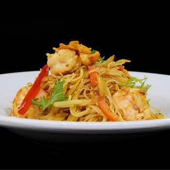 """</p> <div class=""""title_menu"""">SPAGHETTI DI RISO ALLA SINGAPORE*</div> <p>gamberi, peperoni, cipolle, curry, uova B,C<br /><strong>6,50€</strong></p> <p>"""